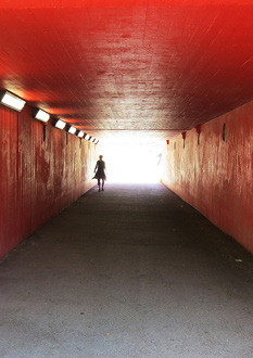person_promenerar_i_tunnel